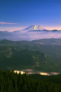This scenic overlook in Oregon has unbeatable views of rolling evergreen hills and snow-capped mountain peaks.