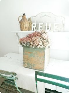 V i n ⓣ a g e There's something about this look that is hypnotizing. It's a nice example for the power of subtle and simplicity. Vintage Love, Vintage Decor, Cottage Chic, Cottage Style, Farmhouse Chic, French Farmhouse, Country Farmhouse, Bistro Chairs, Antique Boxes