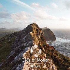 Randonnée au bord des falaises de Moher en Irlande.  #ireland #cliffsofmoher #sunset #travel #burren #travelingtheworld #world #traveling #voyage #tripconnexion #f4f #followme #picoftheday #igers #instalike #instago #instadaily #instatraveling #instatravelingpic #l4l #igersireland #traveltheworld #globetrotter #earth #nature #sun