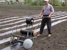 Плёнкоукладчик для школки виногроада - YouTube Planting Tools, Garden Tools, Garden Ideas, Garden Cultivator, Garden Hose Holder, Garden Mulch, Tractor Attachments, Strawberry Plants, Market Garden