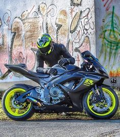Suzuki gsxr 750 The best, powerful, expensive and fast sportbikes... Do you want to talk about it? My WhatsApp