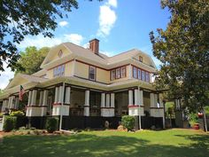 Surrounded by the natural beauty of the Appalachian foothills, The Inn at Glen Alpine is a 1913 country manor lovingly transformed into an inviting bed and breakfast dedicated to old-fashioned hospitality.  The Digs...