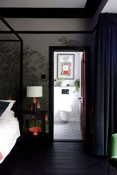 Magic English bedroom with bold floral wallpaper #interior #design #home #decor #idea #inspiration #house #cozy #style #Room #bedroom #black #dark #canopy #bed #floor #door