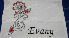 Toalha de lavabo Evany com lindo desenho de flor em tons de terra. Temos outros padrões, executamos outros tamanhos de bordado. Enviamos para todo o Brasil. Criação Bordados da Iuri