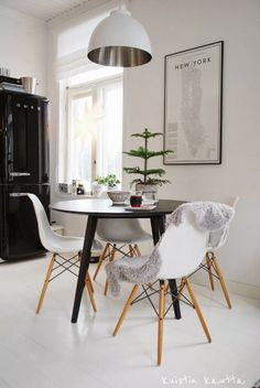 Kuistin kautta: Joulukalenteri 12/24: Huonekuusi White Round Dining Table, Inside A House, Interior Decorating, Interior Design, Eames Chairs, Scandinavian Home, Elegant Homes, Apartment Living, Home Decor Inspiration