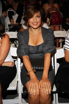 Love the dress color and tasteful style. And I LOVE Mariska Hargitay; I've never seen a woman so comfortable, confident, and lovely.