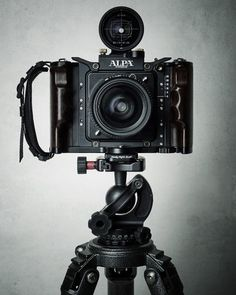 I like this camera shape. If I had the time I would also make the cameras stand. I like the little flash at the top of the camera. Antique Cameras, Old Cameras, Vintage Cameras, Camera Hacks, Camera Gear, Photo Equipment, Photography Equipment, Cardboard Camera, Classic Camera