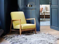 fauteuil jaune avec luminaire style vintage et tapis à poils longs