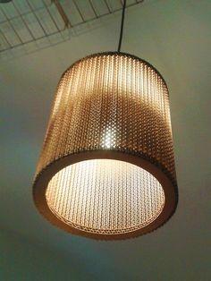 Roberto Negrín, lámpara de techo en cartón corrugado