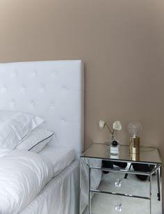 peilipintainen yöpöytä, sängynpääty, white interior, classic interior Floating Nightstand, Villa, Lifestyle, Table, Blog, Furniture, Home Decor, Floating Headboard, Decoration Home