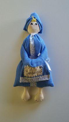 Boneca de toalha felpuda, enchimento de fibra siliconada.    Pronta entrega, somente nesta na cor azul.    Antes de fechar a compra, por favor, verifique se ainda está disponível.    Obrigada!