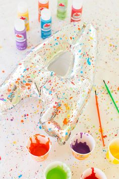 From bridal shower themes and favors to food and decorating ideas, these creative crafts are easy, fun and not overdone. Check out our best bridal shower ideas right here that every kind of bride will love. Art Themed Party, Art Party, Art Birthday, Birthday Balloons, Balloon Painting, Paint Balloons, Paint Themes, Letter Balloons, Paint Splatter