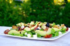 Une salade complète bien adaptée à ces journées de canicule! Ingrédient pour 2 personnes : 100g de roquette 1 belle tomate (cœur de bœuf) 100g de feta 1 avocat 8 pétales de tomates séchées à l'huile une dizaine d'olives noires 2 tranches épaisses de pain...