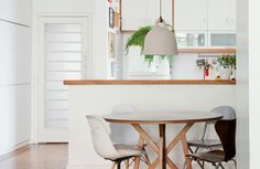 20-decoracao-sala-jantar-branca-samambaia-cadeiras-diferentes