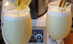 Piña colada au Thermomix - Recette Thermomix - Plat et Recette - Expolore the best and the special ideas about Cocktails Cocktail Desserts, Fun Cocktails, Fun Drinks, Alcoholic Drinks, Cocktail Mix, Cocktail Drinks, Cocktail Thermomix, Pina Colado, Virgin Pina Colada