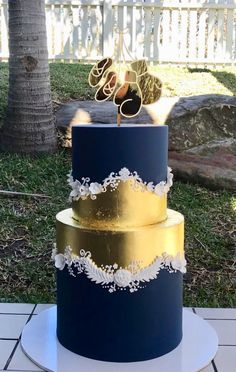 Wedding cakes can go from the most basic to the most complicated decors; each has its own artistic differences depending on the imaginative juices of the baker. 2 Tier Wedding Cakes, Beautiful Wedding Cakes, Gorgeous Cakes, Wedding Cake Designs, Pretty Cakes, Amazing Cakes, Metallic Cake, Gold Cake, Bolo Paris