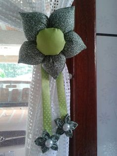13 Ideas de hermosas sujeta cortinas con forma de flor Curtain Holder, Curtain Tie Backs, Decor Crafts, Diy And Crafts, Crafts For Kids, Fridge Handle Covers, Towel Crafts, Good Morning Flowers, Curtain Designs