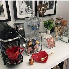 coffee corner Inspire-se com ideias criati - coffee Coffee Station Kitchen, Coffee Bars In Kitchen, Coffee Bar Home, Home Coffee Stations, Coffee Area, Coffee Room, Coffee Corner, Cafe Bar, Bandeja Bar