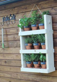 Stéphanie Granval, du blog Stéphanie Bricole, a réalisé pour 18h39 un pas à pas pour que vous puissiez fabriquer facilement cette jardinière à étages. Tout comme le potager vertical, il est idéal pour les plantes aromatiques. Et il pourra servir de rangements pour les outils du jardin !  #tuto #tutoriel #tutorial #DIY #HandMade #faitmain #plantes