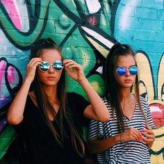 These classic round metal sunglasses are inspired by the legendary John Lennon and feature color mirrored revo lenses. Poses For Pictures, Bff Pictures, Summer Pictures, Cute Photos, Maternity Pictures, Outdoor Pictures, Round Metal Sunglasses, Sunglasses Women, Vintage Sunglasses