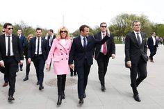 Brigitte et Emmanuel Macron visitent le Lincoln Memorial de Washington Beaux Couples, Brigitte Macron, Lincoln Memorial, Emmanuel Macron, Bridesmaid Dresses, Wedding Dresses, Uni, Louis Vuitton, Skinny Jeans