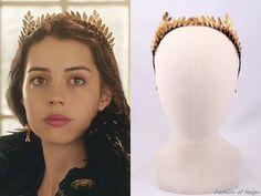 "In the episode 2x11 (""Getaway"") Queen Mary wears this Viktoria Novak Aigina Headpiece."
