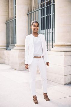 Wear a full white emsemble. Think a pair of skinny white cropped jeans with a casual white tank, or a bright white fit-and flare-lady dress. Metallic accessories are a must!