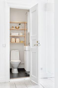 Tiny bathroom//