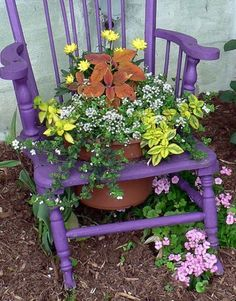 Transform old chairs with flower pots Unique Gardens, Amazing Gardens, Beautiful Gardens, Beautiful Flowers, Dream Garden, Garden Art, Garden Whimsy, Garden Junk, Glass Garden