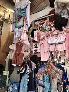 Vintage store Vintage Love, Vintage Shops, Cool Rooms, Holland, Thrifting, I Shop, Window, Display, Studio