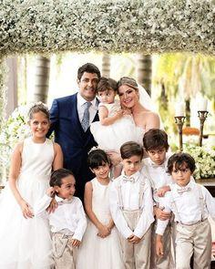 Adoramos fotos dos noivos com daminhas e pajens!!💗E o clique que @anajunqueira fez do #casamento de Flaviana e Gustavo ficou lindo!!😍😍😍Os dois casaram em Minas Gerais, em um espaço rodeado por muito verde, como faziam questão. Vem ver os detalhes: www.constancezahn.com💻{ Buffet: @rullusbuffet } #CZMinasGerais #noiva #bride #casamento #wedding #damihas #pajens