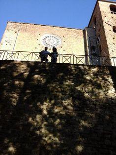 Un luogo mistico e pieno di storia, da raggiungere in auto da Perugia o a piedi, seguendo i sentieri di Pievi e Castelli nel perugino, per un trekking da concludere in bellezza con un bacio