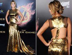 Jennifer Lawrence modernizou totaaal: vestido dourado, recorte na cintura e costas de fora! Um modelo com detalhes que chamam tanta a atenção como este pede confiança para usar - e arrasar - na formatura hein?!