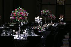 니콜라이버그만의 특별한 컬러감각으로 연출한 웨딩. 딥한 퍼플, 핑크, 레드 컬러로 저녁웨딩을 더욱 분위기있게 연출합니다.