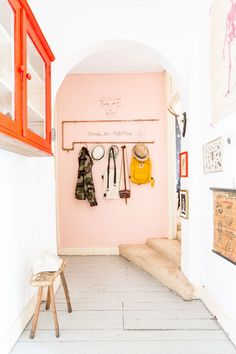 Pink walls in the hallway / entrance of a quirky Dutch home with fab colours (and lots of art). Decoration Entree, Pink Color Schemes, Coral Color, Color Mix, Colour Combo, Pink Walls, White Walls, Deco Design, Pink Design