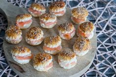 Mini Räucherlachs Burger Rezept A recipe for mini smoked salmon burger. Perfect as finger food, appetizers and party food. The mini burgers are made with sesame and a horseradish cream cream. Party Finger Foods, Snacks Für Party, Finger Food Appetizers, Appetizers For Party, Brunch Recipes, Appetizer Recipes, Snack Recipes, Party Buffet, Salmon Recipes