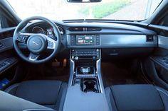 Jaguar XF imeytyy tien pintaan