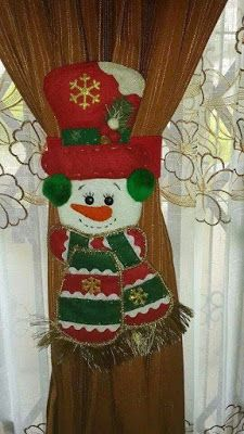 Aprende a hacer lindos sujeta cortinas navideños con muñecos de fieltro ~ Mimundomanual Merry Christmas To You, Christmas Mom, Christmas Sewing, Christmas Projects, Felt Christmas Decorations, Christmas Stockings, Christmas Ornaments, Holiday Decor, Snowman Crafts