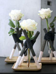 Rosen in Vasen aus Reagenzgläsern neu inszeniert.