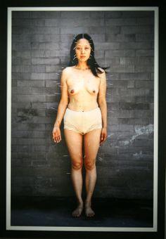 """He Chengyao, """"99 needles"""", 2002, fotografia   Dofinansowano ze środków Ministra Kultury i Dziedzictwa Narodowego"""