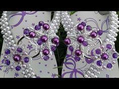 passo a passo trama de  pérolas e arroz!mara havaianas customizadas - YouTube Beaded Shoes, Beaded Sandals, Flip Flop Fantasy, Flip Flop Craft, Beaded Jewelry Patterns, Crochet Slippers, Bracelet Tutorial, Beading Tutorials, Bead Crafts
