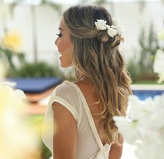 Cabelo Solto com flores - Braut Frisuren - Retro Wedding Hair, Wedding Hair And Makeup, Hair Makeup, Veil Hairstyles, Wedding Hairstyles, Bridesmaid Hair, Prom Hair, Boho Bridal Hair, White Wedding Dresses