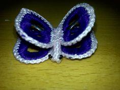 Este es mi primer broche con anillas de lata, no me quedó muy bien, porque el hilo era demasiado fino y hacía muchísimos pero muchísimos añ...