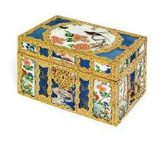 A REGENCE ORMOLU-MOUNTED CHINESE PORCELAIN CASKET THE PORCELAIN KANGXI (1662-1722), THE MOUNTS CIRCA 1720-25, POSSIBLY VIENNA