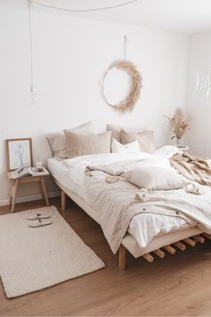 Creating a boho bedroom means light earthy colors, natural decor details and the key is not to over do it. Opting for 100% linen bedding also helps to complete the boho look. Bedroom Green, Room Decor Bedroom, Home Bedroom, Beige Room, Bedroom Styles, New Room, Linen Bedding, Linen Sheets, Natural Linen