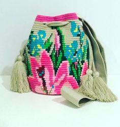 Billedresultat for mochila bag schemi Tapestry Bag, Tapestry Crochet, Bead Crochet, Crochet Dolls, Mochila Crochet, Knitting Patterns, Crochet Patterns, Weaving Art, Knitted Bags