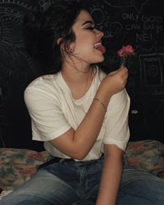 De boa lambendo a flor suave