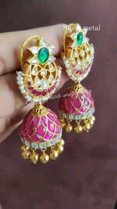 Gold Wedding Jewelry, Bridal Jewelry, Gold Jewelry, Gold Jhumka Earrings, Gold Earrings Designs, Diy Crafts Paper Flowers, Ear Cuff Jewelry, Indian Jewelry, Circle Purse