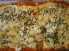 Receita de Lasanha de abobrinha - 2 dentes de alho amassados, 5 colheres (sopa) de azeite, 1 maço pequeno de cheiro verde picado, 2 colheres (sopa) de orégano, 10 azeitonas pretas (usei verdes), 500 g de ricota peneirada (amassei com garfo), 1 xícara (chá) de queijo parmesão ralado (usei provolone), 1 caixinha de creme de leite, sal, noz moscada ralada, pimenta a gosto, 1 lata de molho pronto, 3 abobrinhas, fatiadas no sentido do comprimento