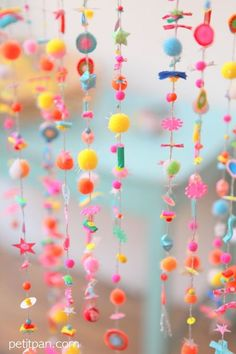 DIY Make a spring branch with pompoms! Also nice for kids - Diy Craft Ideas Diy And Crafts, Craft Projects, Crafts For Kids, Projects To Try, Arts And Crafts, Party Girlande, Diy Y Manualidades, Hanging Beads, Idee Diy